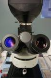 Binoculaire microscoop in een onderzoeklaboratorium stock fotografie