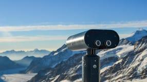 Binoculaire public sur la crête de montagne de neige photos libres de droits