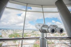 Binoculaire sur le dessus du bâtiment pour le regard touristique de télescope à photos stock