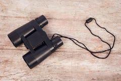 Binocular em de madeira cinzento imagens de stock