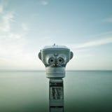 Binocular enfrentado ao oceano fotos de stock