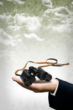 Binocular na mão do homem de negócios, conceito da visão Imagem de Stock Royalty Free