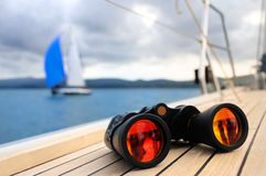 Binocular na plataforma do iate Imagens de Stock Royalty Free