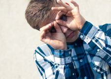 Binocular o vidrios que miran al hombre joven hermoso Foto de archivo libre de regalías