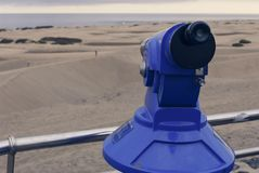 Binoculare a gettoni guardando fuori i dunas del deserto della sabbia Fotografia Stock Libera da Diritti