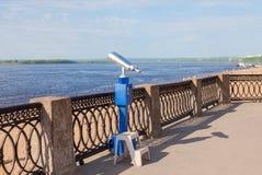 Binoculare a gettoni sulla banca del fiume Fotografie Stock Libere da Diritti