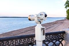 Binoculare a gettoni sulla banca del fiume Volga Fotografia Stock