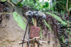 Binoculare su un bastone nella giungla Immagini Stock