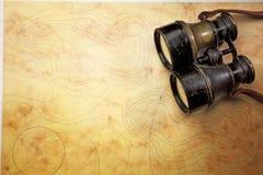 Binoculare sur la vieille carte Images libres de droits