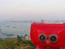 Binoculares rojos en la demostración de la playa de Pattaya exploran y descubren el nuevo lugar en industria de turismo Imagen de archivo libre de regalías