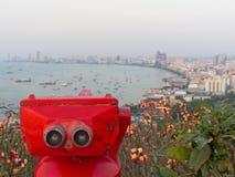Binoculari rossi sulla rappresentazione della spiaggia di Pattaya esplorano e scoprono il nuovo posto nell'industria turistica Immagine Stock Libera da Diritti