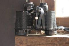 binoculars isolated vintage 在黑颜色的减速火箭的双筒望远镜 库存照片