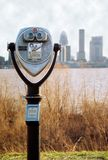 Binokel mit Louisville-Skylinen Stockfotografie