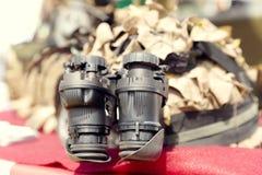 Binokulär nattvisionapparat Militär arméutrustning Arkivfoton
