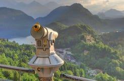 Binokulär sikt av slotten och byn av Hohenschwangau, Alpsee a Royaltyfri Bild