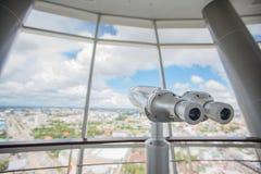 Binokulärt på överkanten av byggnad för Touristic teleskopblick på arkivfoton