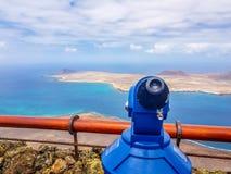 binokular und Panoramablick auf der vulkanischen Küstenlinie und Isla Graciosa von Mirador-del Rio, Lanzarote lizenzfreie stockfotografie