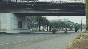 Bintaro-Straßenfliege vorbei stockfotos