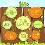 Bio ícone do vetor ajustado em uma cerca de madeira das etiquetas, dos selos ou das etiquetas com sinais - bio mercado, produto s ilustração do vetor