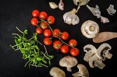 Bio- aglio, spezie e funghi selvaggi dal giardino domestico fotografia stock libera da diritti