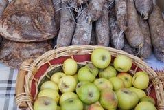 Bio appelen en heerlijke salami bij de markt Royalty-vrije Stock Foto's