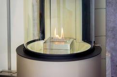 Bio- camino moderno del fireplot sul gas dell'etanolo immagini stock libere da diritti