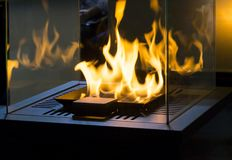 Bio- camino moderno del fireplot sul gas dell'etanolo fotografia stock libera da diritti
