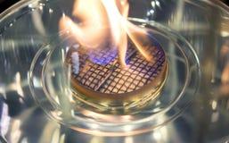 Bio- camino moderno del fireplot sul gas dell'etanolo Primo piano della stufa di gas della fiamma fotografia stock libera da diritti