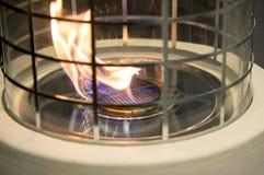Bio- camino moderno del fireplot sul gas dell'etanolo Primo piano della stufa di gas della fiamma fotografia stock