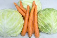 Bio- cavolo e carote freschi immagini stock libere da diritti