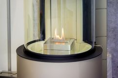 Bio cheminée moderne de fireplot sur le gaz d'éthanol Images libres de droits