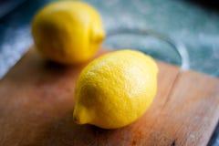 Bio citrons frais du plat blanc photographie stock libre de droits