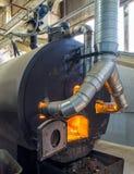 Bio- combustibile bruciante delle palline nella caldaia Economico, combustibile di ecologicla fotografia stock