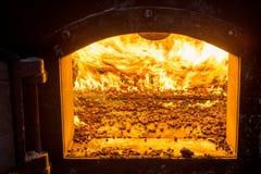 Bio- combustibile bruciante delle palline nella caldaia Economico, combustibile di ecologicla fotografia stock libera da diritti