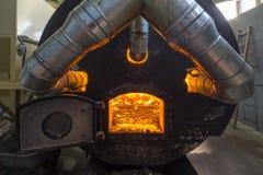 Bio- combustibile bruciante delle palline nella caldaia Economico, combustibile di ecologicla immagini stock