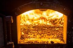 Bio- combustibile bruciante delle palline nella caldaia Economico, combustibile di ecologicla fotografie stock libere da diritti
