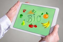 Bio- concetto su una compressa immagini stock libere da diritti
