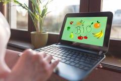 Bio- concetto su uno schermo del computer portatile fotografia stock