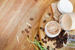 Bio cosméticos hechos a mano con los granos de café imagenes de archivo