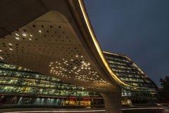 Bio formas de la arquitectura abstracta moderna que construyen en noche Oficina de negocios Alameda de la oficina de las compras Foto de archivo