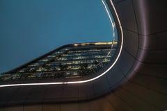 Bio former för modern abstrakt arkitektur som bygger i natt Affärskontor Shoppingkontorsgalleria Arkivfoto
