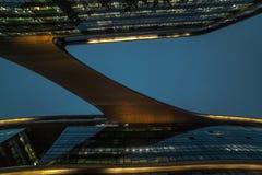 Bio former för modern abstrakt arkitektur som bygger i natt Affärskontor Shoppingkontorsgalleria Royaltyfria Foton
