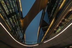 Bio former för modern abstrakt arkitektur som bygger i natt Affärskontor Shoppingkontorsgalleria Royaltyfria Bilder