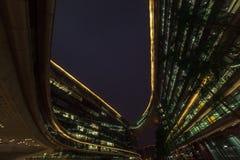 Bio former för modern abstrakt arkitektur som bygger i natt Affärskontor Shoppingkontorsgalleria Royaltyfri Fotografi