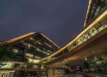 Bio former för modern abstrakt arkitektur som bygger i natt Affärskontor Shoppingkontorsgalleria Royaltyfri Foto