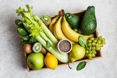 Bio- frutta e verdure per i frullati verdi immagini stock libere da diritti