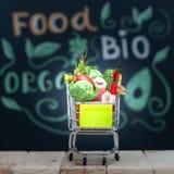 Bio- frutta fresca o verdura organica nel cartdi compera, nel cibo sano, nelle bevande, nella dieta ed in disintossicazione fotografia stock libera da diritti