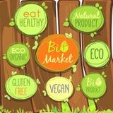 Bio icône de vecteur réglée sur une barrière en bois des labels, des timbres ou des autocollants avec des signes - bio marché, gl illustration stock
