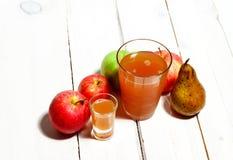 Bio maçã e suco Fotografia de Stock Royalty Free