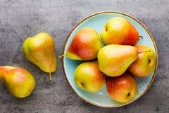Bio- pera fresca con le foglie sul piatto tavola di pietra grigia fotografie stock